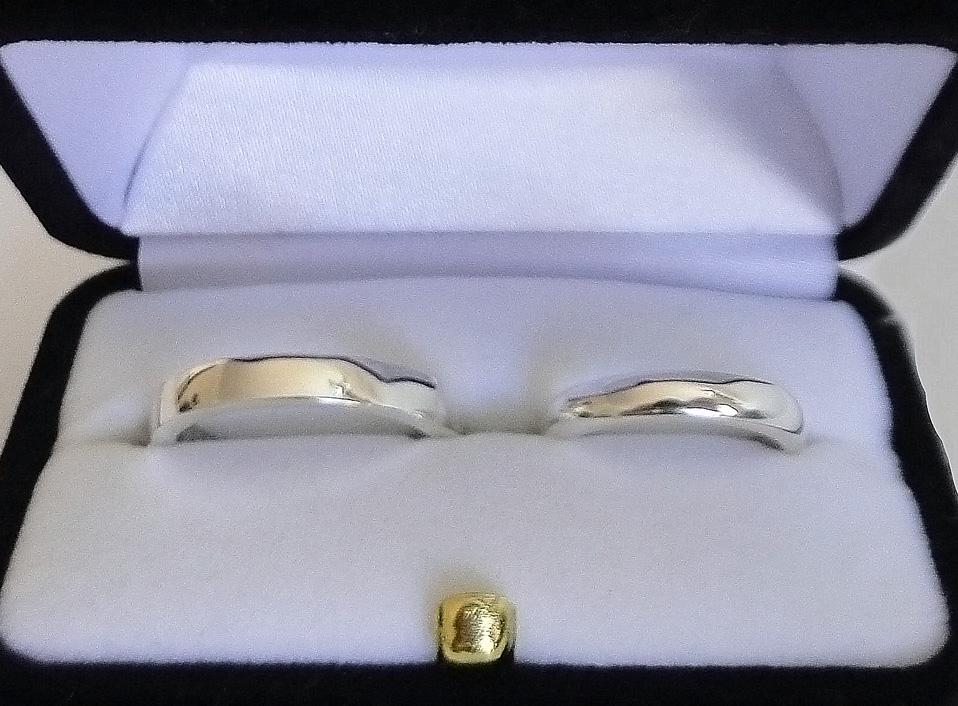 Argollas de oro blanco 18 kt, para él plana y para ella corte inglés
