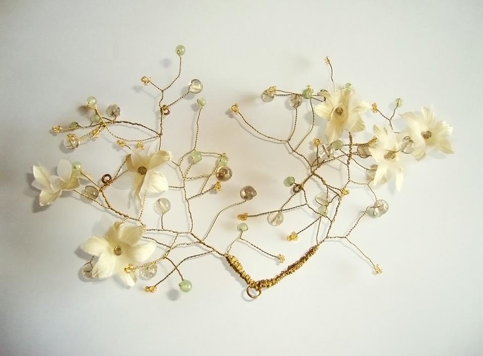 - 01 -Tocado de bronce, flores artificiales, cristales, cuarzos y jade naturales.