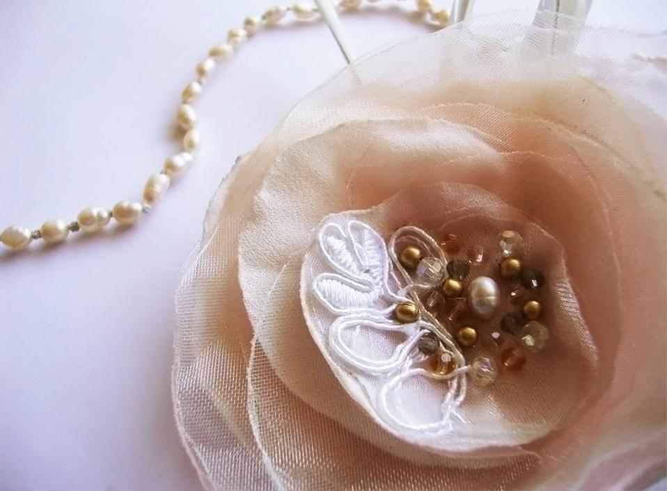 - 04 -Tocado bordado con cristales, perlas naturales y bronce.
