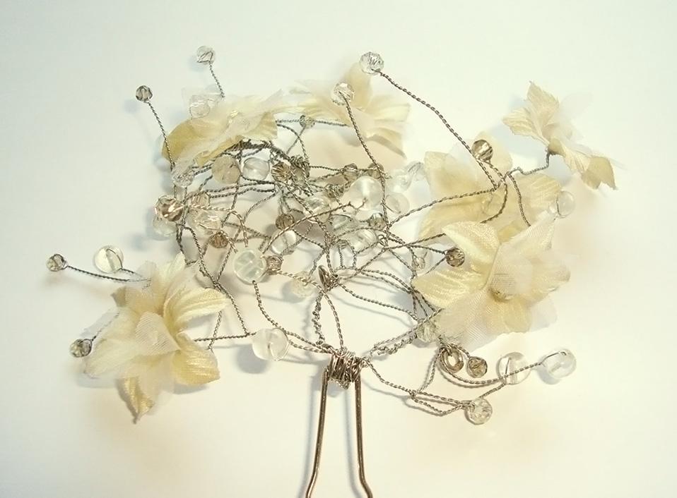 - 05 -Tocado con cuarzos naturales, cristales y flores artificiales.