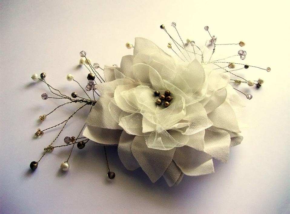 - 06 -Tocado con bronce, cristales y perlas naturales.