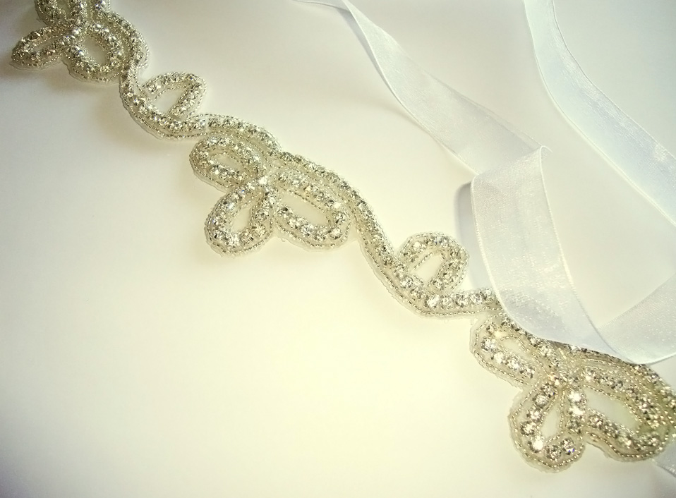 - 06 -Tocado con cristales bordados y cinta.