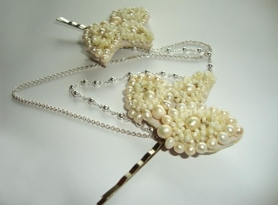 - 03 -Tocado de perlas naturales bordadas y cadenas de plata.