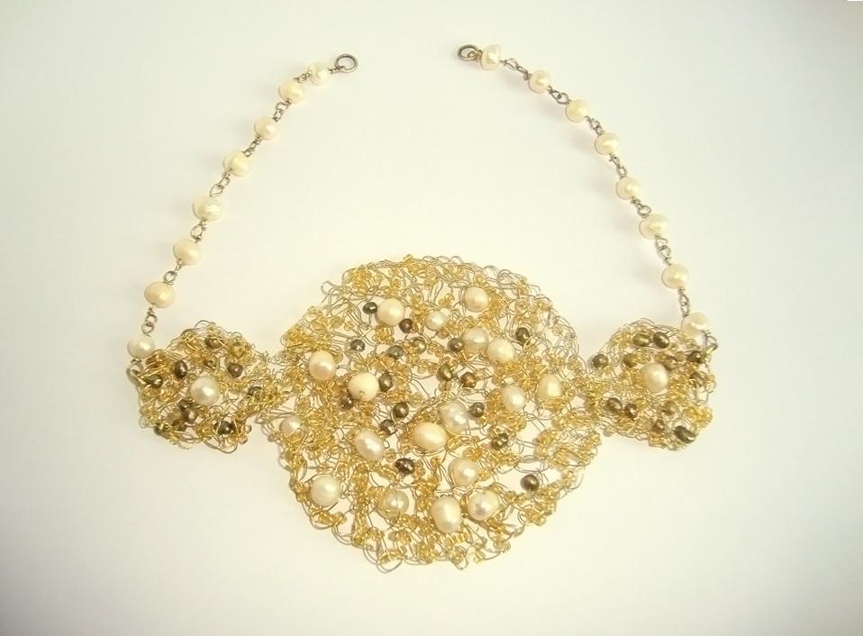 - 06 -Tocado tejido con bronce y perlas naturales.