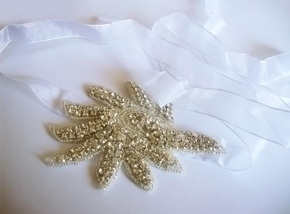 - 04 -Tocado con cristales bordados y cinta.