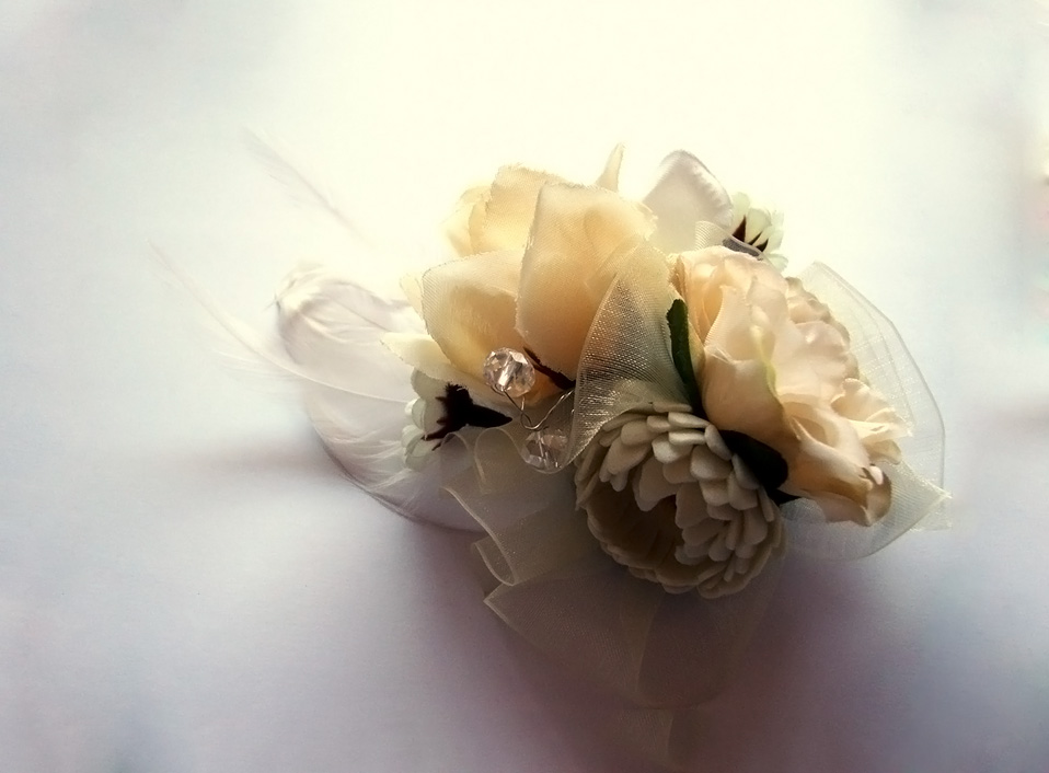 - 02 -Tocado con cristales, plumas y flores artificiales.