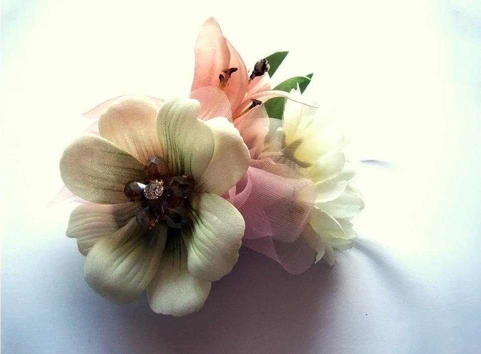 - 03 -Tocado con cristales, plumas y flores artificiales.